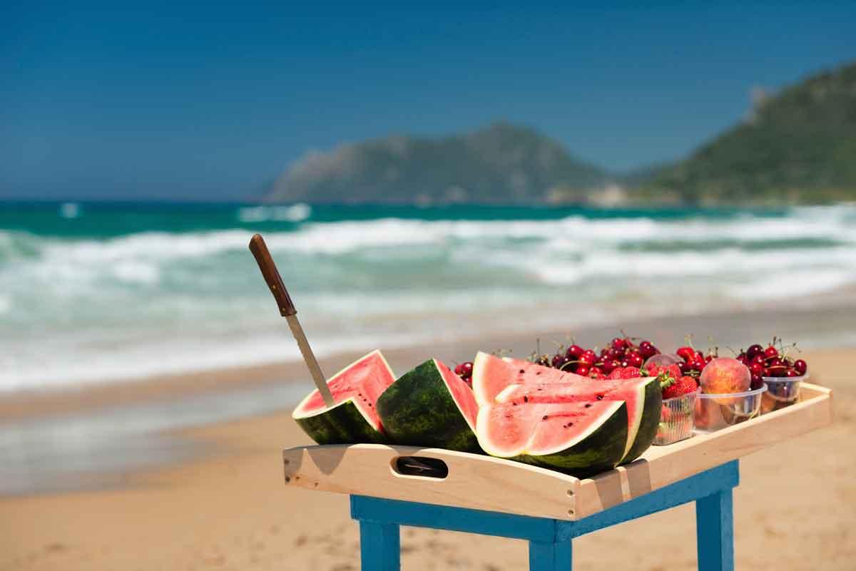 vers fruit op het strand